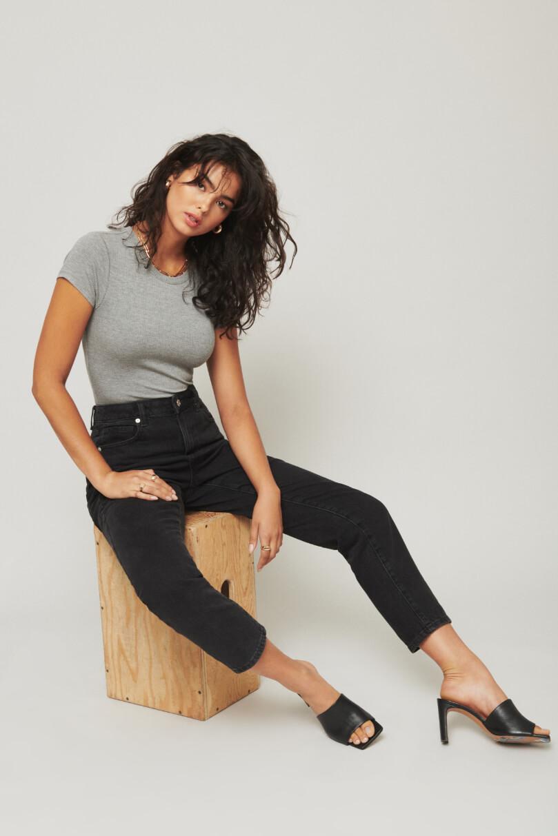 Model is wearing mom jeans.